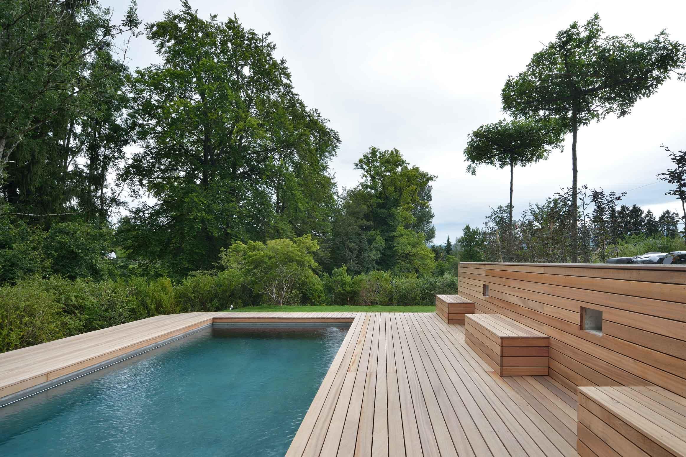 Baumanagement-Umgebungsarbeiten-Holzdeck
