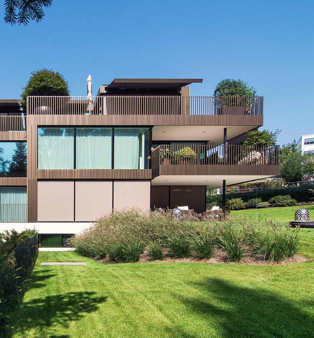 Baumanagement für Mehrfamilienhaus mit Fassade in Baubronze